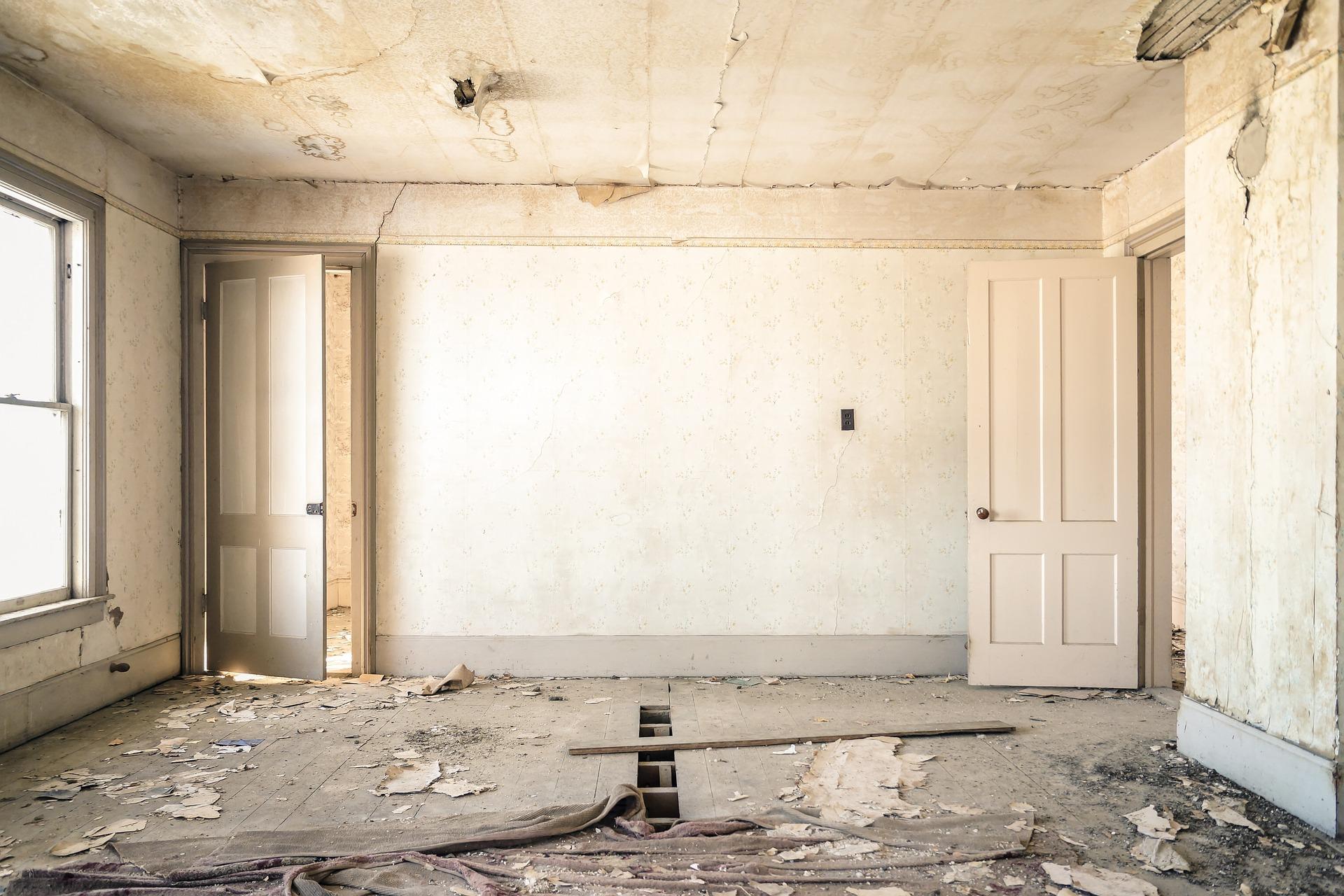 Ein Zimmer welches renoviert werden muss.