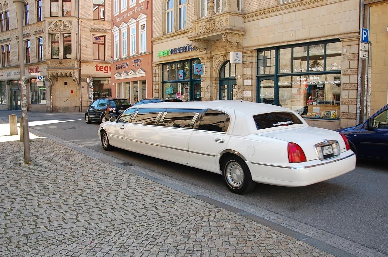 Weiße Limousine fährt auf einer Straße